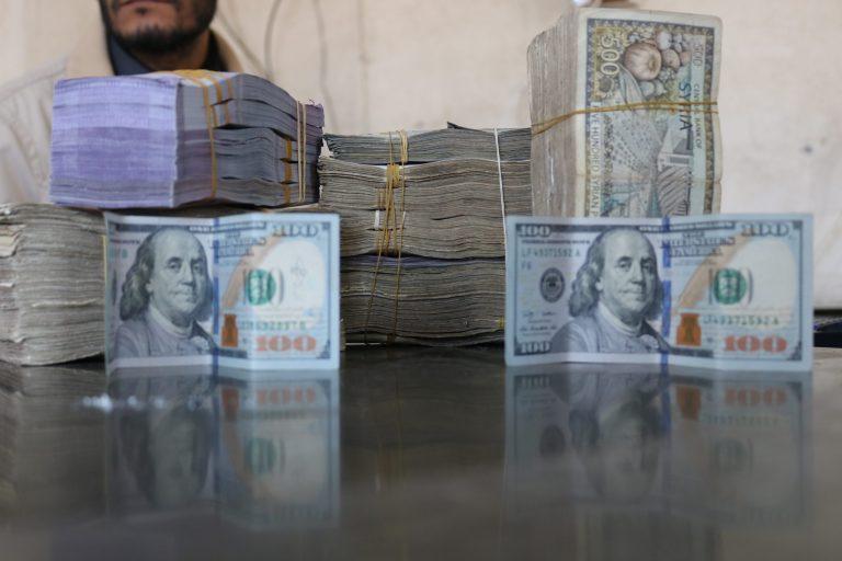 عملة سورية من فئة 500 أما عملية الدولار الأمريكية (انترنت))