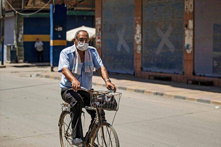 رجل يركب دراجة نارية ويرتدي كمامة ضمن إجراءات كورونا في مناطق الإدارة الذاتية- 8 من اغسطس/ آب 2020 (رووداو)