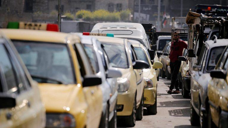 طابور من السيارات على محطات الوقود في سوريا (انترنت)